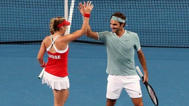 Roger Federer s Belindou Bencicovou po vítězné smíšené čtyřhře.