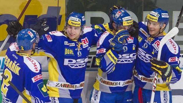 Hokejisté Zlína se radují z gólu na ledě Vítkovic.
