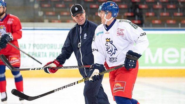 Marek Kvapil a asistent trenéra Karel Mlejnek během tréninku hokejové reprezentace
