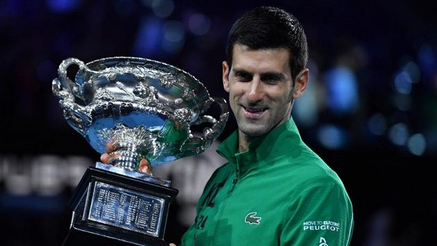 Novak Djokovič s trofejí za triumf na Autralian Open v roce 2020