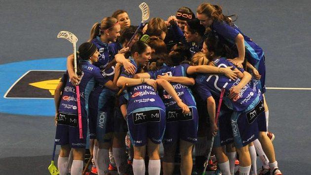 Florbalistky Vítkovic se radují z gólu.