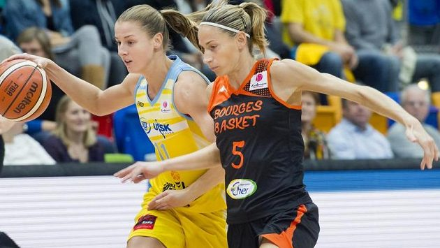 Kateřina Elhotová (vlevo) z USK Praha a Paoline Salagnacová z Bourges.