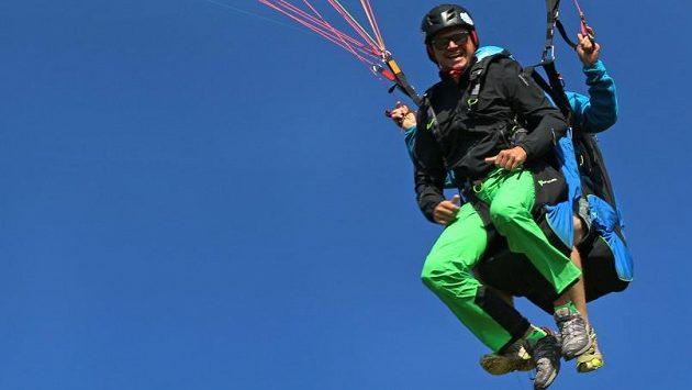 Martin Prokop při tréninku v Rakousku zkusil i tandemový seskok na padáku.