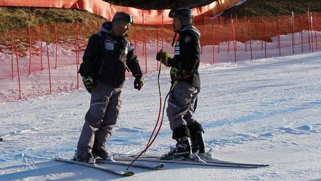 Tomáš Bank (vlevo) s Ondřejem Bankem při prohlídce trati.
