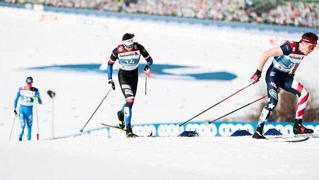 Český lyžař Ondřej Černý (uprostřed) v závodu sprinterů na MS.