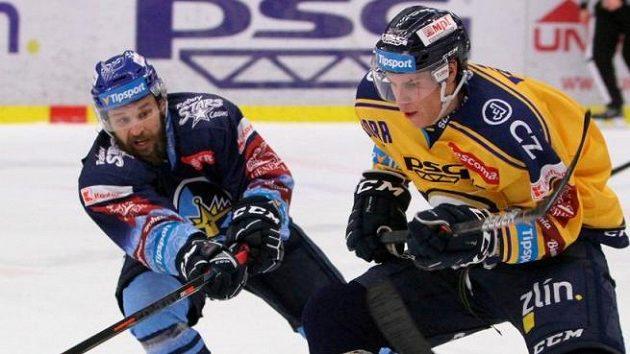 Kladenský Marek Hovorka (vlevo) a Tomáš Fořt ze Zlína v utkání 31. kola hokejové extraligy.