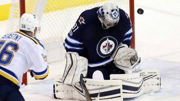 Gólman Winnipegu Ondřej Pavelec zasahuje v utkání se St. Louis.