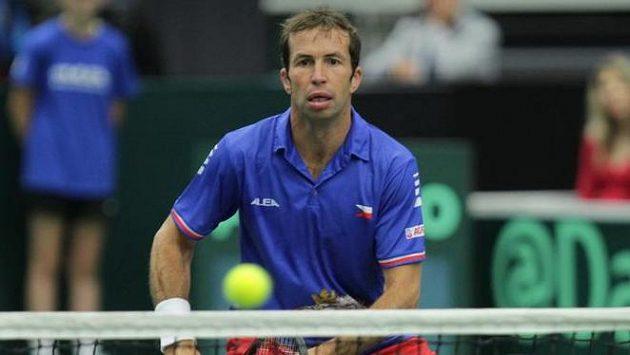 Radek Štěpánek ve čtyřhře, v níž nastoupil po boku Lukáše Rosola proti Francouzům Nicolasi Mahutovi a Pierreu-Huguesu Herbertovi.