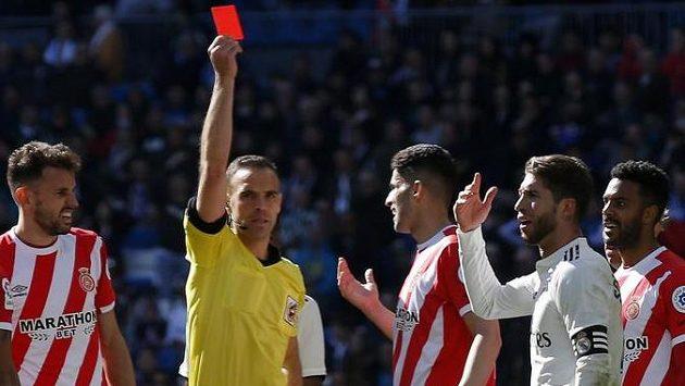 A mazej ven! Červená karta pro Sergia Ramose, kapitána Realu Madrid.
