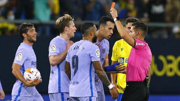 Barcelonský Frenkie de Jong dostává červenou kartu v utkání s Cádizem.