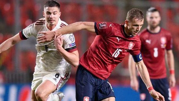 Leander Dendoncker z Belgie a český záložník Tomáš Souček během utkání kvalifikace MS 2022.