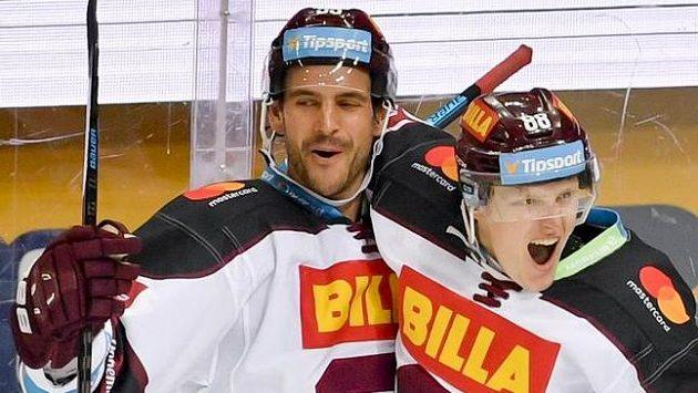 Miroslav Forman ze Sparty (vpravo) se raduje z gólu se spoluhráčem Jeremie Blainem.