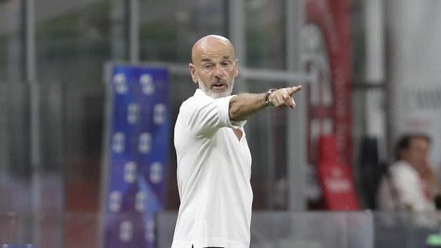 Kouč AC Milán Stefano Pioli při utkání s Boloňou.