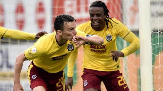 Sparťanský střelec David Lafata (vlevo) a Costa oslavují gól na 2:0 v utkání na hřišti Českých Budějovic.