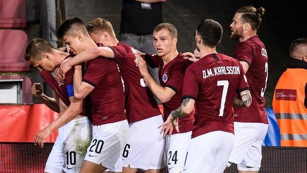 Fotbalisté Sparty Praha oslavují gól Bořka Dočkala během utkání 31. kola Fortuna ligy.