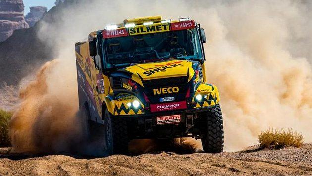 Posádka Martin Macík, František Tomášek, David Švanda z týmu Big Shock Racing s kamionem značky Iveco.