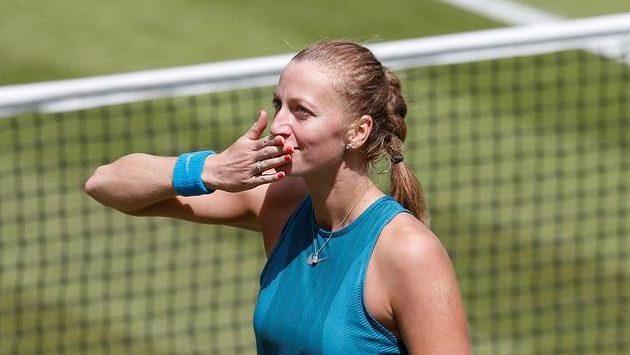 Petra Kvitová se raduje. V Birminghamu si zahraje semifinále.