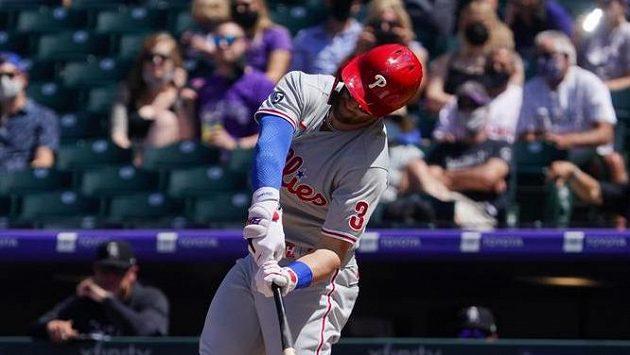Pravé zádní pole Philadelphie Phillies Bryce Harper odpaluje míč v utkání s Coloradem. (Archivní foto)
