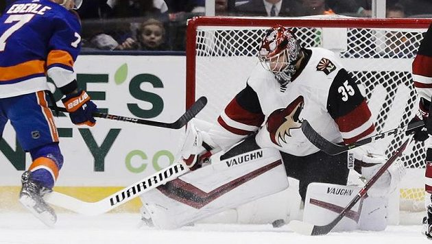 Útočník New Yorku Islanders Jordan Eberle střílí puk na brankáře Arizony Coyotes Darcyho Kuempera.