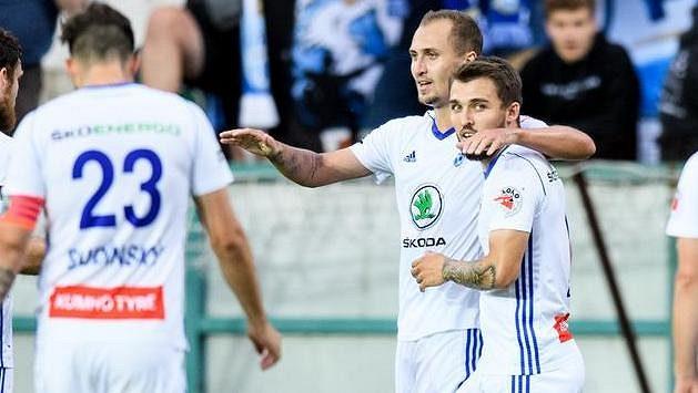 Jiří Klíma z Mladé Boleslavi oslavuje se spoluhráči gól.