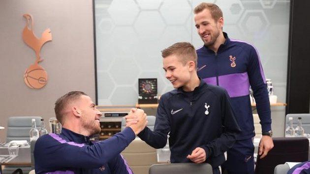 Podavač míčů Callum Hynes se zdraví s hvězdami Tottenhamu Hotspur během předzápasového obědu před utkáním proti Bournemouthu