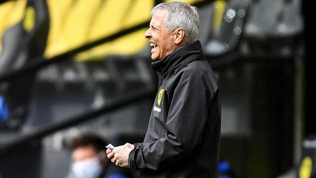 Trenér Dortmundu Lucien Favre při utkání se Schalke.
