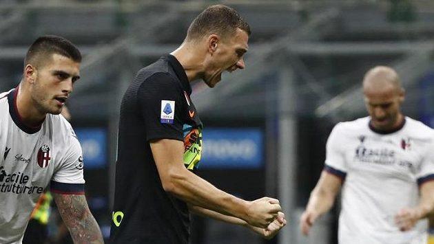 Edin Dzeko slaví pátý gól do sítě Boloni