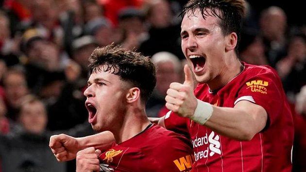 Fotbalisté Liverpoolu se radují z branky