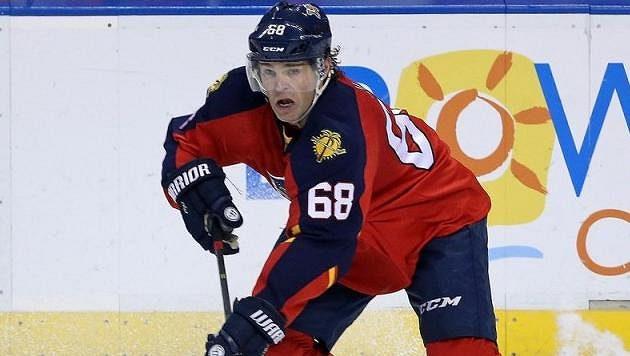 Jaromír Jágr rozjíždí akci Floridy v duelu NHL proti Tampě Bay.