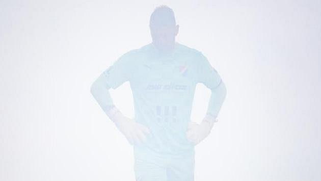 Brankář Baníku Ostrava Jan Laštůvka v dýmu od světlic fanoušků během utkání na Slavii.