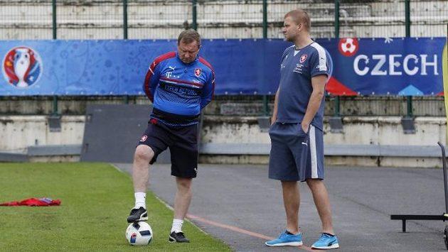 Trenér českého národního mužstva Pavel Vrba s videotechnikem Luďkem Bernátem (vpravo).