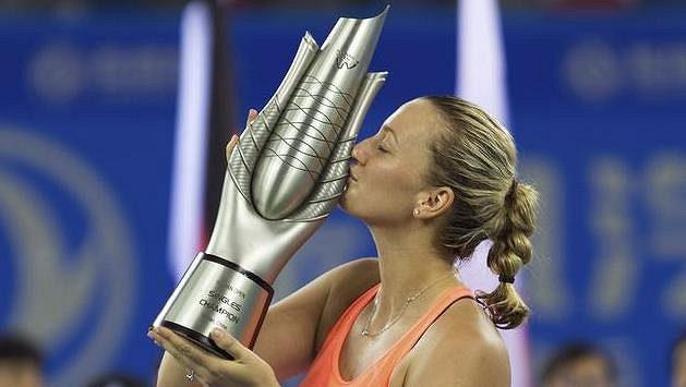 Petra Kvitová s trofejí pro vítězku turnaje ve Wu-chanu.