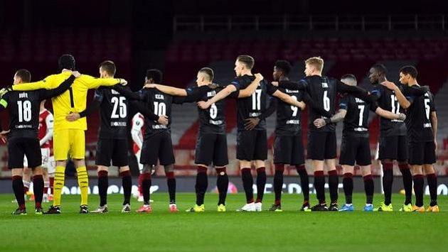 Fotbalisté Slavie před zápasem s Arsenalem nepoklekli