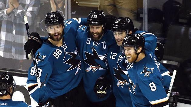 Hokejisté San Jose Sharks oslavují gól