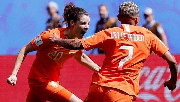 Fotbalistky Nizozemska se radují z branky proti Kamerunu