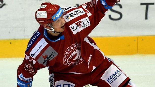 Střelec rozhodující branky zápasu v prodloužení třinecký Kamil Kreps se raduje.