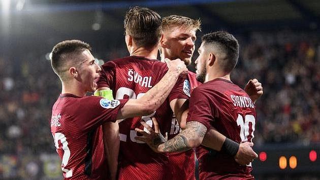 Fotbalisté Sparty oslavují gól na 1:0 v utkání s Jabloncem.
