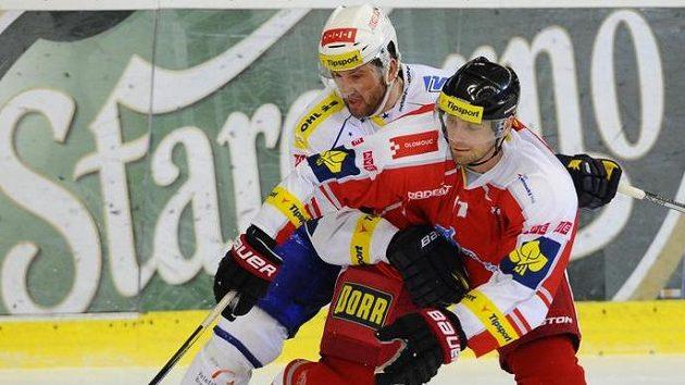 Brněnský útočník Petr Ton (vlevo) bojuje o puk s Pavlem Skrbkem z Olomouce.