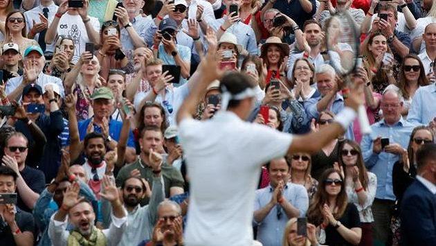 Fanoušci ve Wimbledonu aplaudují Rogeru Federerovi.