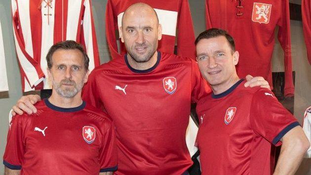 Zleva Karel Poborský, Jan Koller a Vladimír Šmicer předvádějí nové dresy české reprezentace.