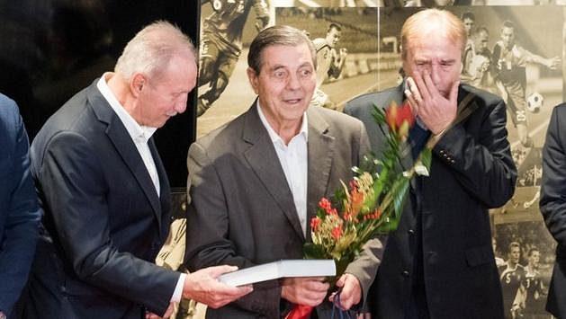 Jozef Obert (uprostřed) při oslavě jubilea na půdě SFZ. Jako gratulanti vlevo Milan Lešický, vpravo Ladislav Petráš.