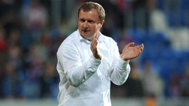 Trenér Pavel Vrba děkuje fanouškům po utkání play off Ligy mistrů proti Mariboru.
