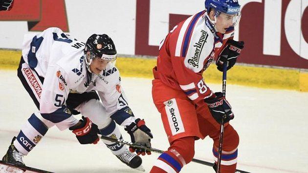 Martina Nečase (vpravo) při jeho reprezentační premiéře stíhá Fin Kristian Näkyvä.