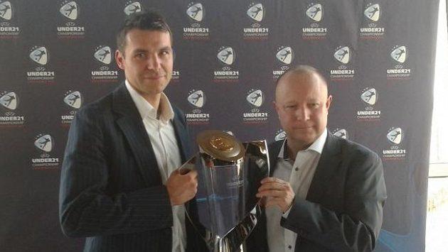 Michal Pospíšil (vlevo) a předseda organizačního výboru Petr Fousek s trofejí pro mistry Evropy do 21 let.