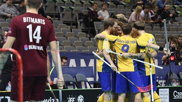 Švédští florbalisté se radují z gólu proti Lotyšsku ve čtvrtfinále MS.