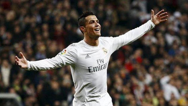 Cristiano Ronaldo z Realu Madrid oslavuje vstřelený hattrick v utkání proti Espaňolu Barcelona.