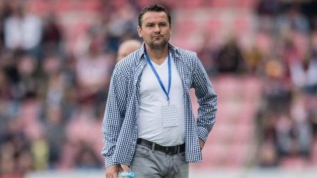 Zadumaný trenér Hradce Králové Karel Havlíček během utkání na Spartě.