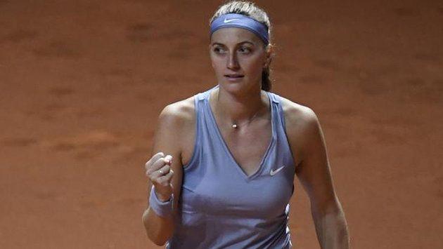 Vítězné gesto Petry Kvitové na turnaji ve Stuttgartu.