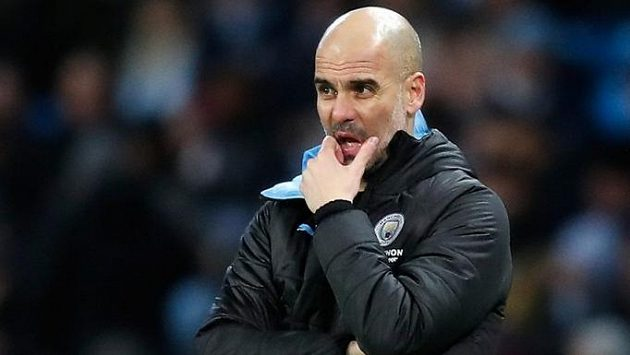 Zamyšlený trenér Manchesteru City Pep Guardiola. Možná už přemýšlí, zda by stálo za to vrátit se do Barcelony.