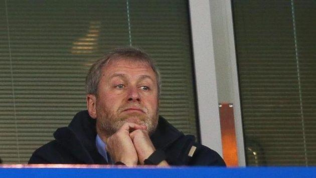 Roman Abramovič nemá v letošní sezóně z výkonů své Chelsea žádný důvod k oslavám.